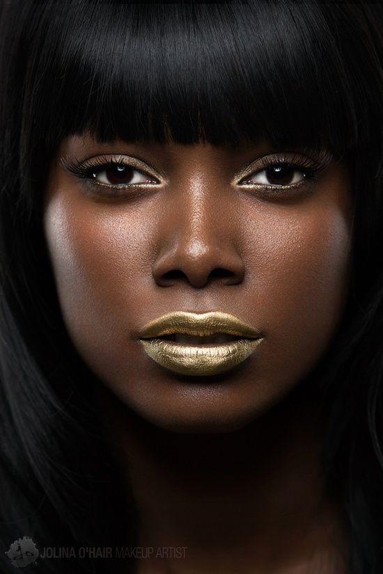 mequetrefismos-make-up-festa-pele-negra-batom-metalizado-dourado