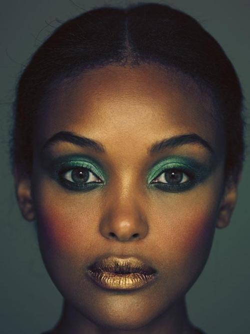 mequetrefismos-make-up-pele-negra-festa-dourado-batom