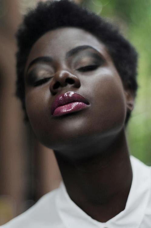 mequetrefismos-maquiagem-festa-pele-negra-batom-glossy