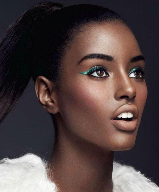 mequetrefismos-maquiagem-pele-negra-festa-delineador-colorido-verde