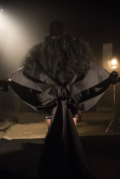 mequetrefismos-carol-conka-clipe-e-o-poder-look-laço-preto